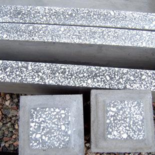цементная границы площадки - серые , цементная столбы площадь - серый